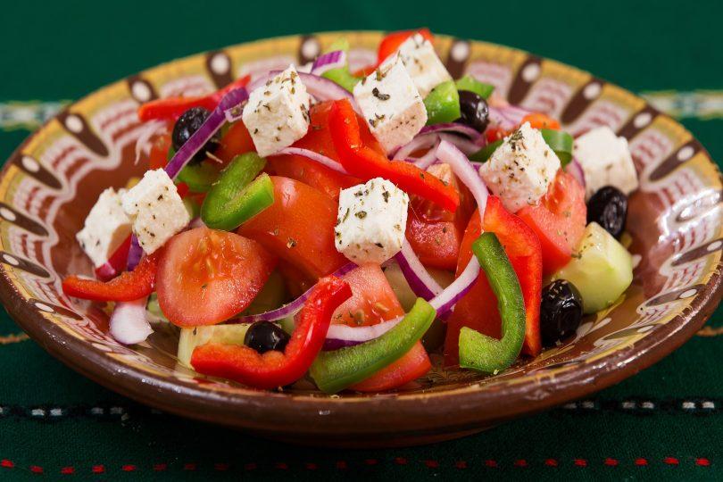 salade grecque avec féta et poivrons rouge et vert