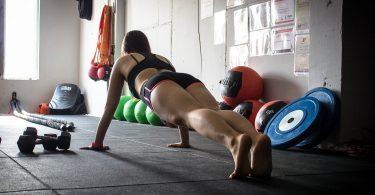 femme faisant des pompes en salle d'entrainement