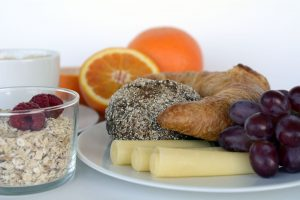 Brunch assiette de fruits, fromage, croissant, cereales, orange
