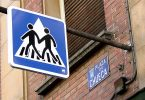 panneau de signalisation gay dans la rue de chueca à madrid
