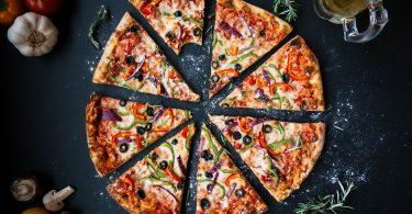pizza coupée en huit