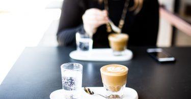 deux cafés sur une table avec femme