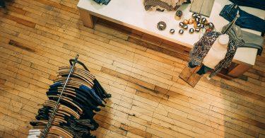 vue aérienne d'un magasin de vêtements et plancher en bois