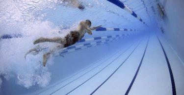 nageur sous l'eau dans une piscine