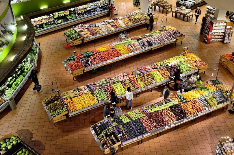 vue aérienne d'un supermarché de fruits et légumes