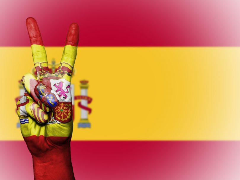 drapeau espagnol avec une main