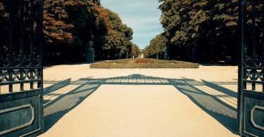grilles ouvertes sur le parc retiro de madrid