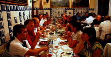 groupe de personnes mangeant à table