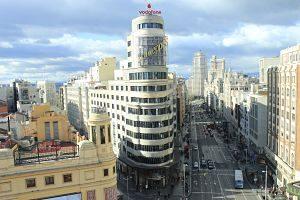 vue sur avenue de madrid avec la tour et des batiments blancs