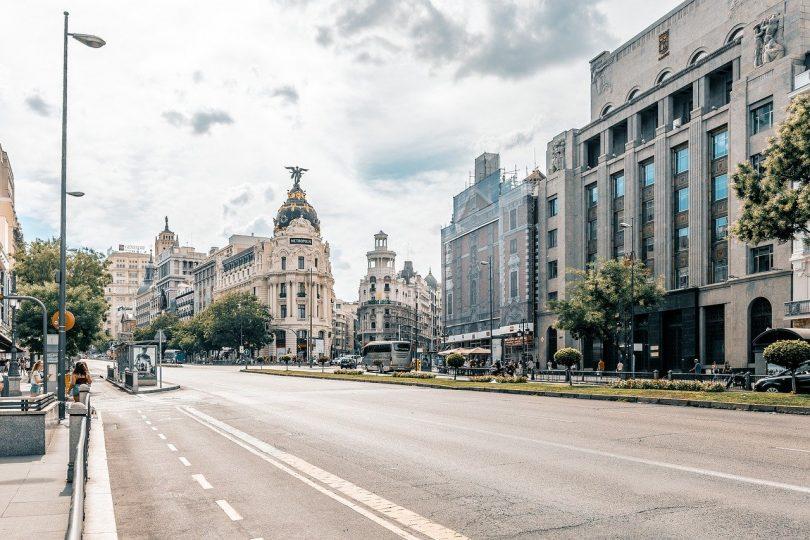 rue gran via et façade d'immeuble de madrid