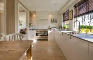 cuisine avec table et plancher en bois