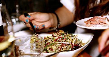 femme se servant une salade