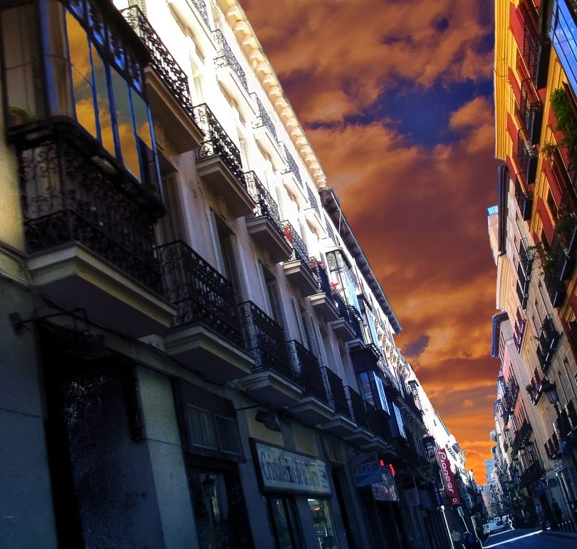 rue de chueca avec batiments et ciel orange
