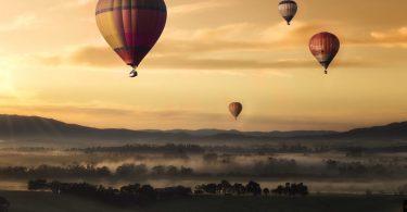 montgolfieres dans les airs ciel marron