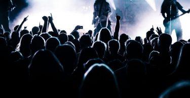 gens devant un guitariste lors d'un concert