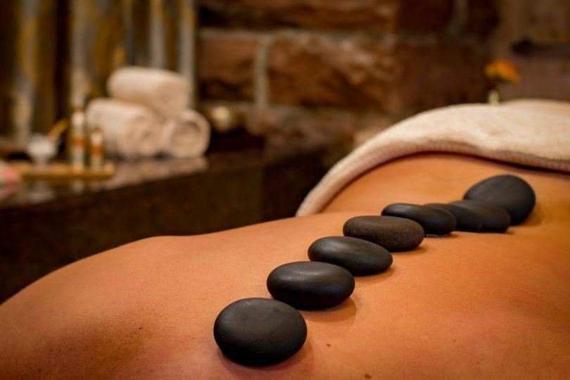 pierres noires sur le dos nu d'une femme