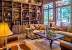 salon avec étagère, canapé et table basse
