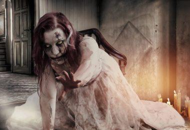 fille zombie en robe blanche