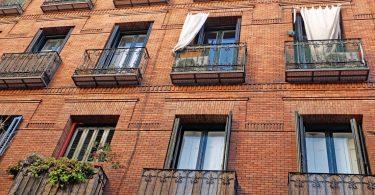 vue sur un mur d'immeuble avec balcon