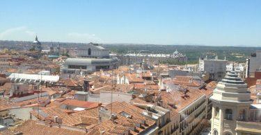 vue sur les toits d'immeubles en brique de madrid