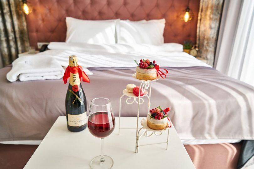 lit double avec bouteille et verre de vin