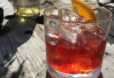 verre de vermouth sur une table ensoleillée