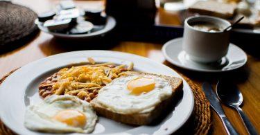 assiette d'oeufs et café