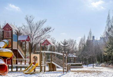 parc pour enfants sous la neige