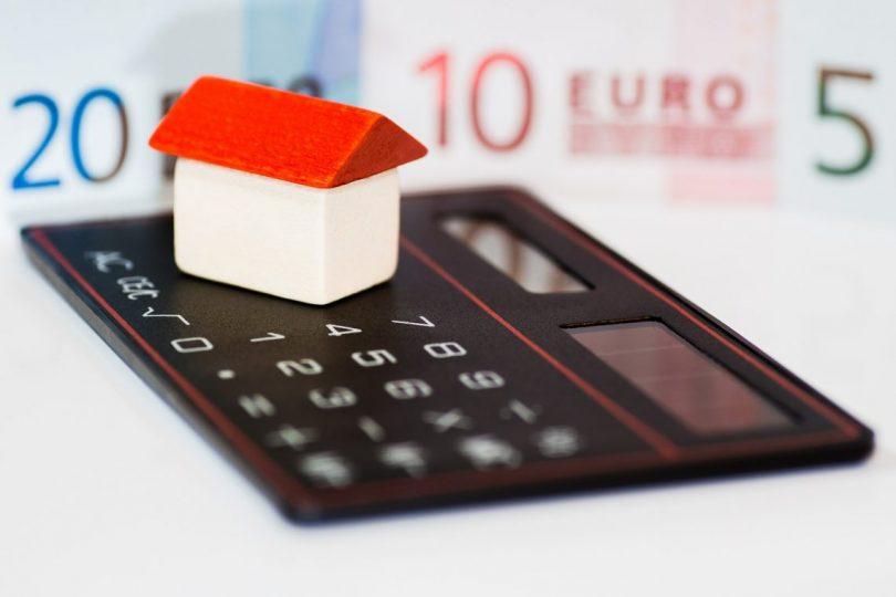 petite maison au toit rouge sur une calculatrice