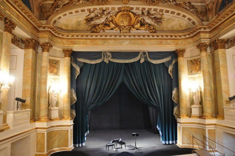 stage de théâtre avec rideaux