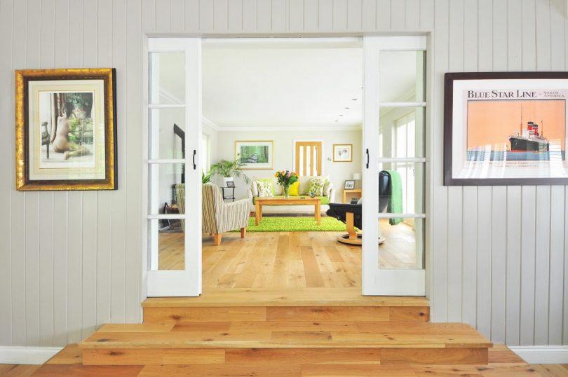 appartement vue sur le salon plancher en bois