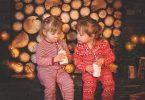 enfants en pyjama de noel