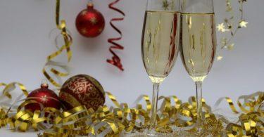 verres de champagne et cotillons