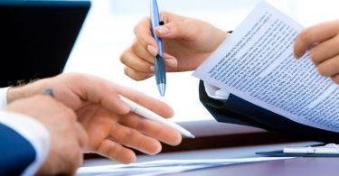 mains signant un contrat
