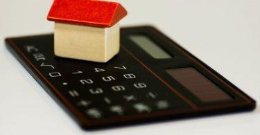 maison en bois sur une calculatrice