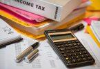 calculatrice et feuilles d'impôts