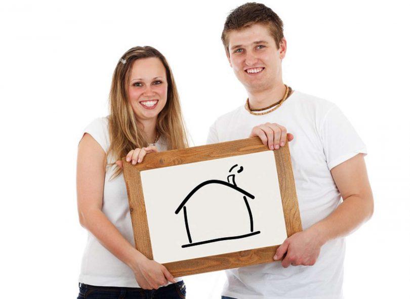 Couple souriant avec un cadre
