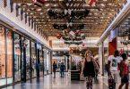 femme marchant dans une galerie marchande