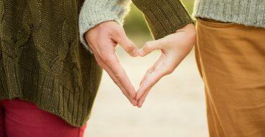deux mains formant un coeur