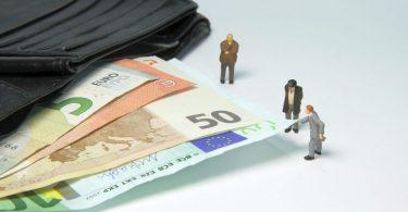 billets de banque et petits bonhommes