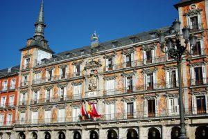 bâtiment avec fenêtres et balcons à madrid