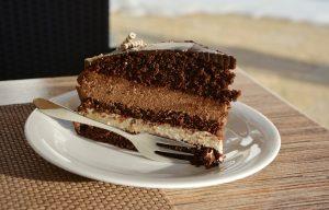 part de gâteau au chocolat dans une assiette