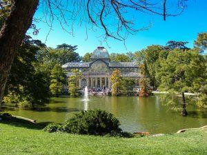 palais de cristal de madrid devant le lac du parc