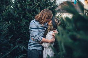 un couple hetero qui s'embrasse arbres