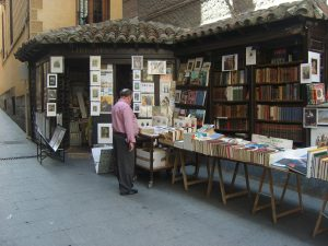 personne devant un kiosque de livres
