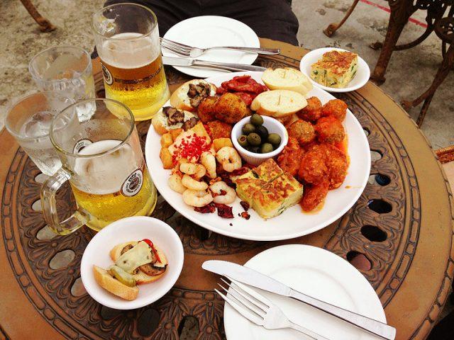 Bière et assiette de tapas