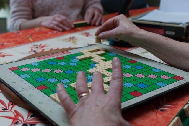 personnes jouant au scrabble