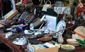 stand de marché aux puces avec bijoux, assiettes