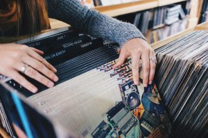 femme cherchant des vinyls