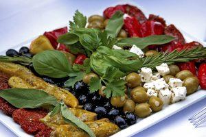 assiette de fromage feta olives et poivrons Manger sain Madrid